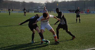Bloemendaal-SDZ-Voetbal-in-Haarlem