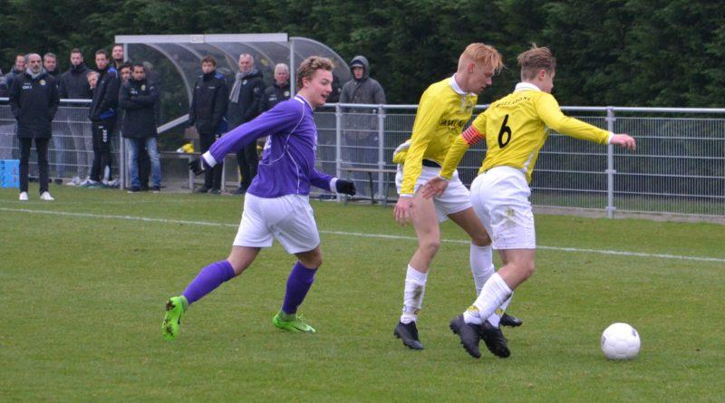 Spaarnwoude-Geel-Wit-Voetbal-in-Haarlem
